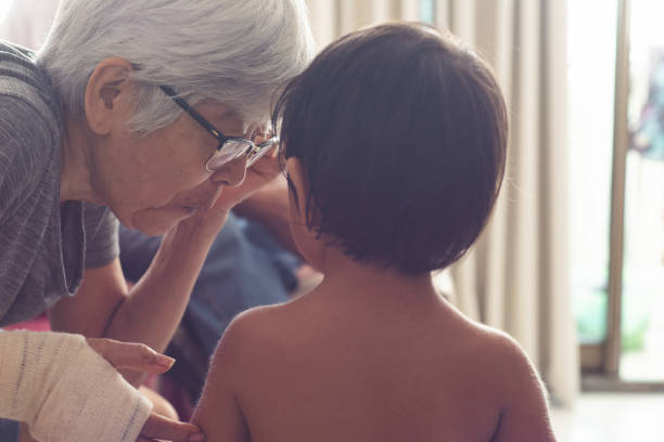 großmutter im gespräch mit ihrem enkelkind - kurzgeschichten stock-fotos und bilder