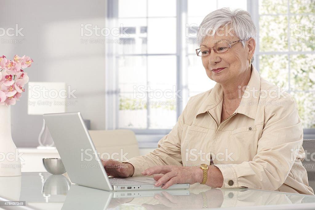 Großmutter mit laptop zu Hause – Foto