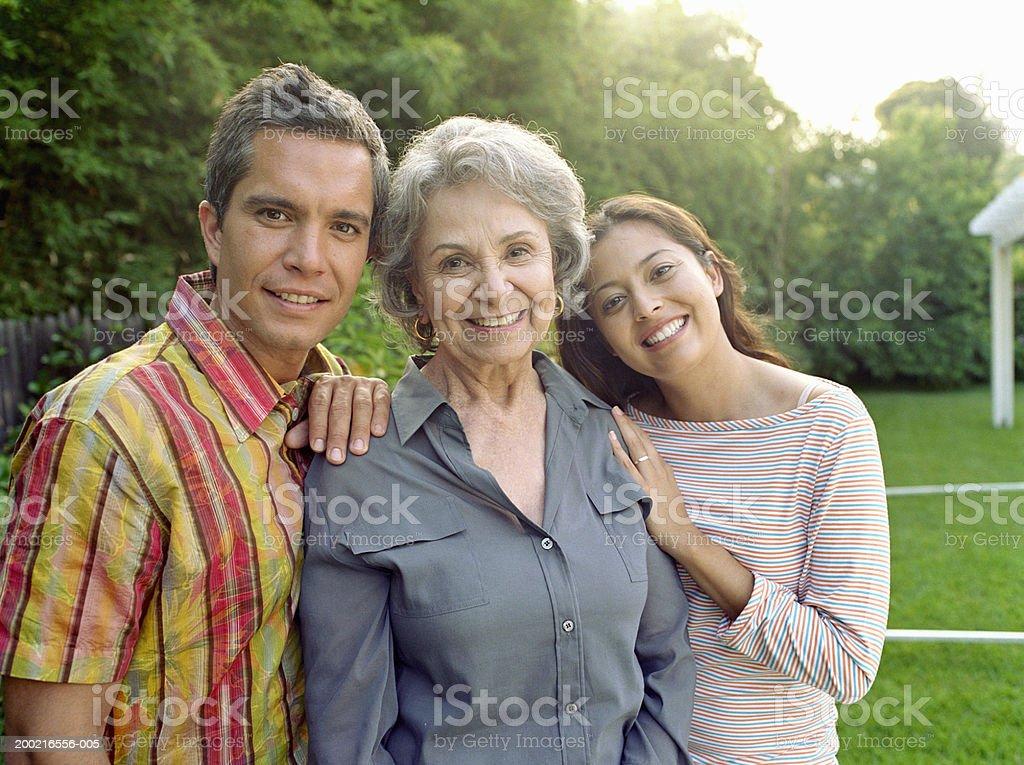 Großmutter mit Erwachsenen Tochter und Enkel und Porträt – Foto