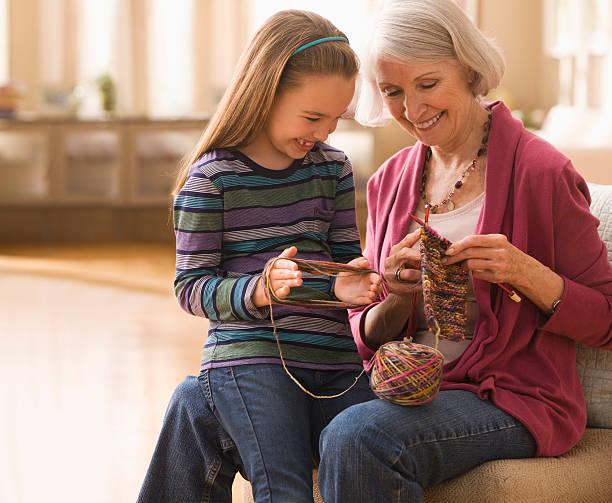 nonna con nipote sempre pronto a maglia - lavorare a maglia foto e immagini stock
