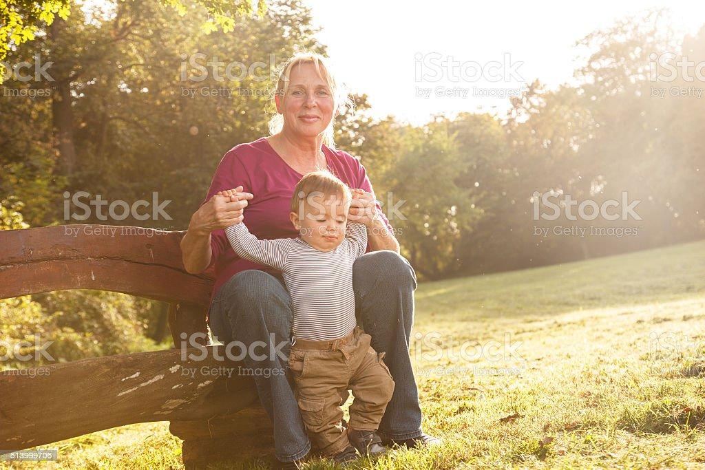 Abuela y nieto en el parque - foto de stock
