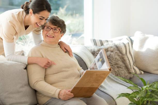 祖母與溫柔的照顧者 - 記憶 個照片及圖片檔
