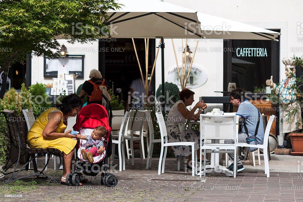 Grandmum cares baby in the city photo libre de droits