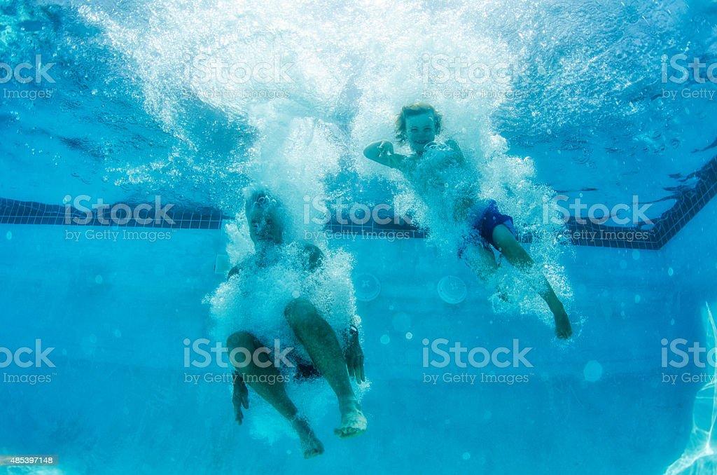 Opa und Jungen Springen Sie in den pool, umgeben von Blasen – Foto