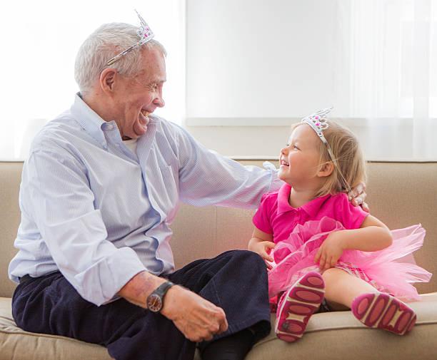großvater und grandaughter spielen princess - prinzessinnen tutu stock-fotos und bilder