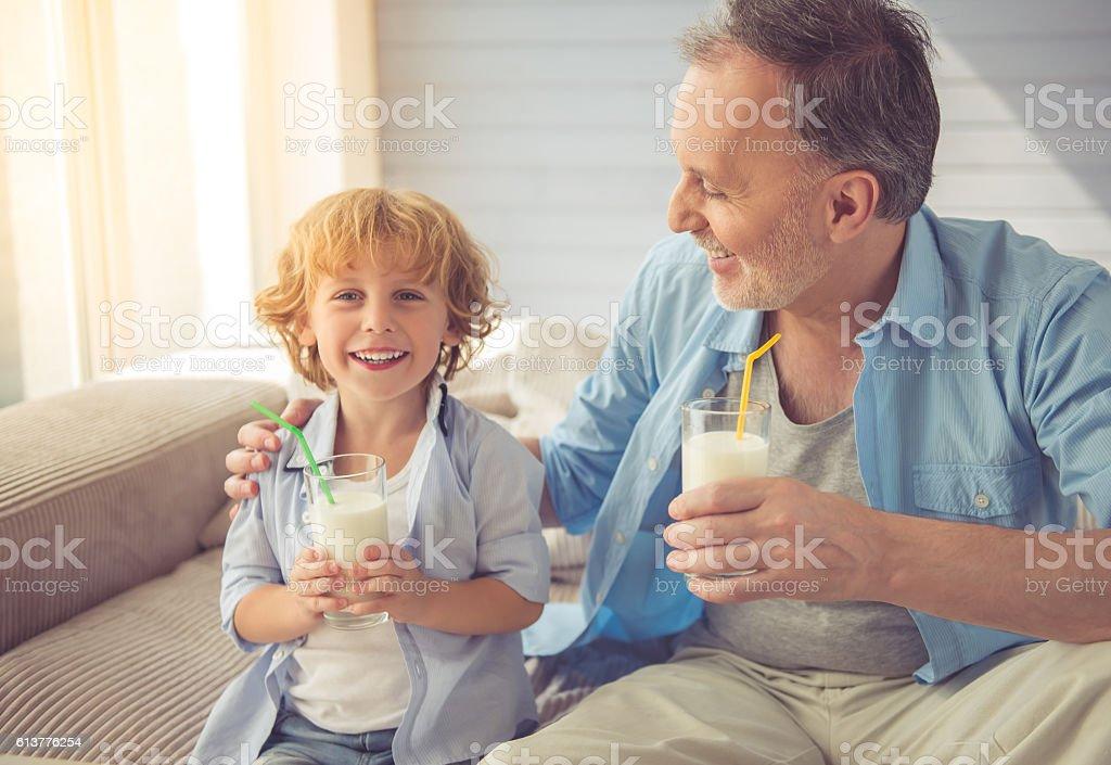 Grandpa y nieto - foto de stock