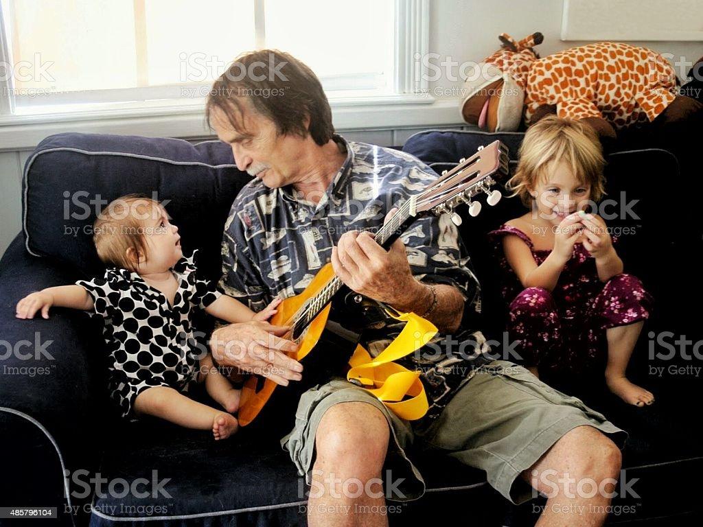 Grand-père garde des enfants - Photo