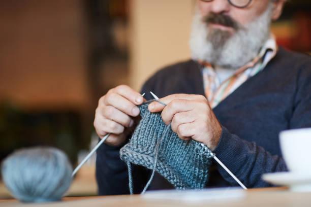 grandpa knitting - a maglia foto e immagini stock