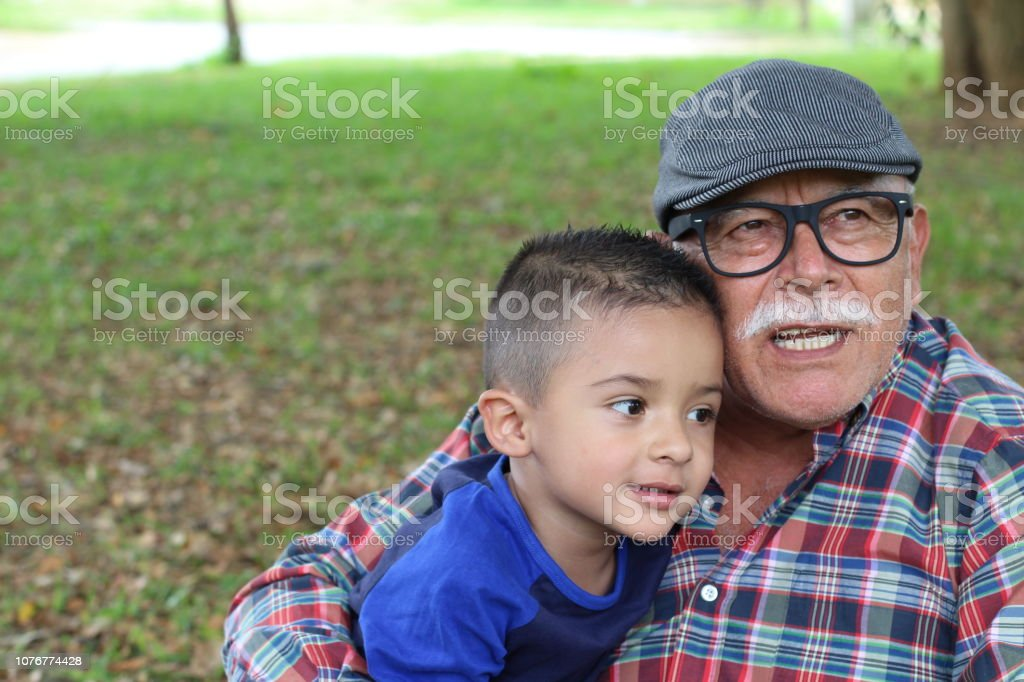 Abuelo contando historias a nieto - foto de stock