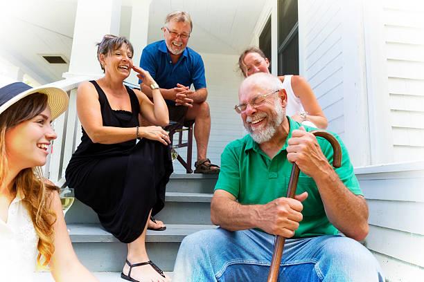 il nonno racconta la storia divertente per amici e famiglia - vicino foto e immagini stock