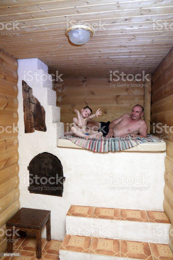 Grandsparents Et Petitsenfants Sur Poele Russe Photos Et Plus D
