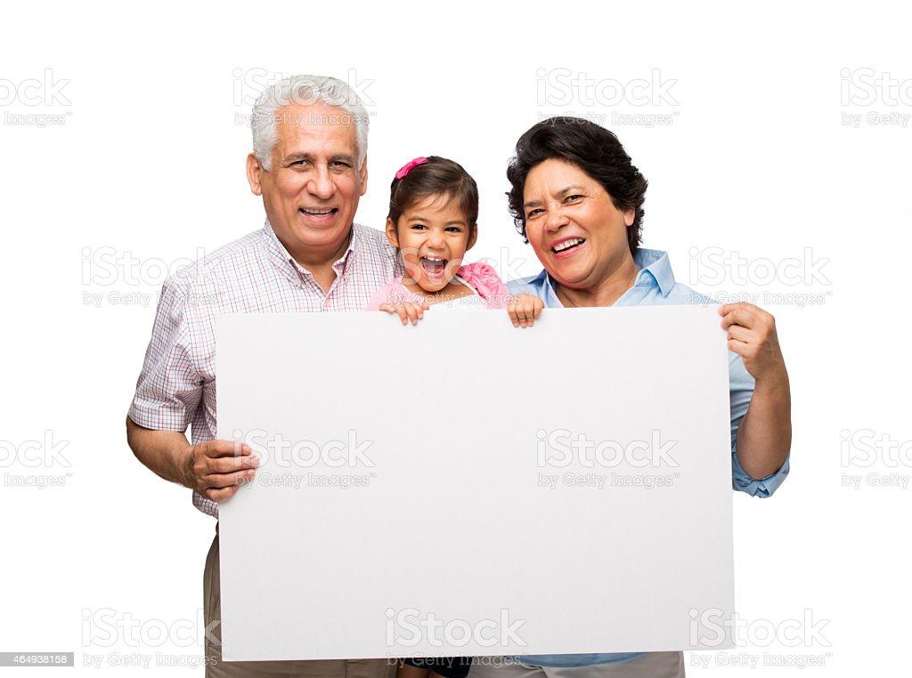 Abuelos y granddaughter con pizarra acrílica. - foto de stock