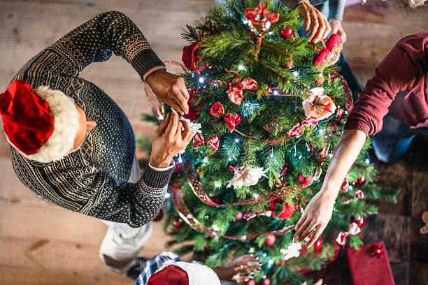 großeltern, der christmas tree - weihnachtlich dekorieren stock-fotos und bilder