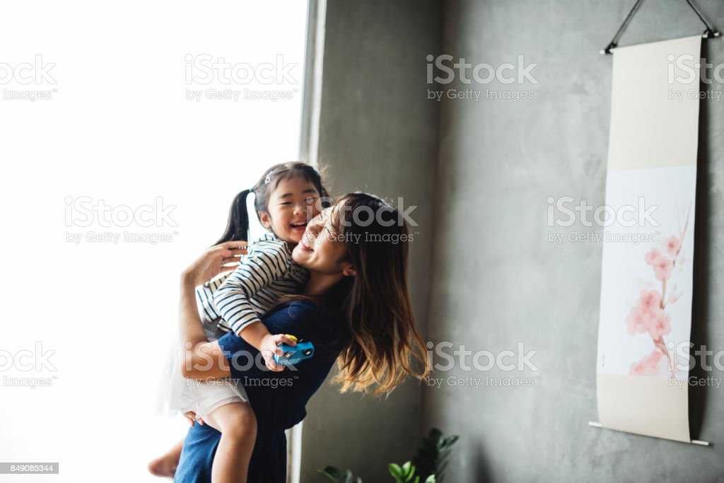 Grand-parent palying avec la nièce à la maison - Photo