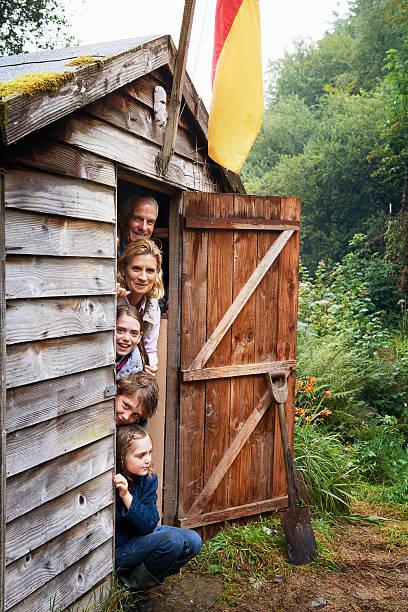 großeltern und kinder sich in ihnen zu verstecken schuppen - schuppen türen stock-fotos und bilder