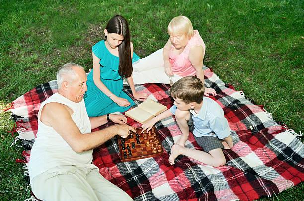 Großeltern und Enkel sind sich im park. top view – Foto