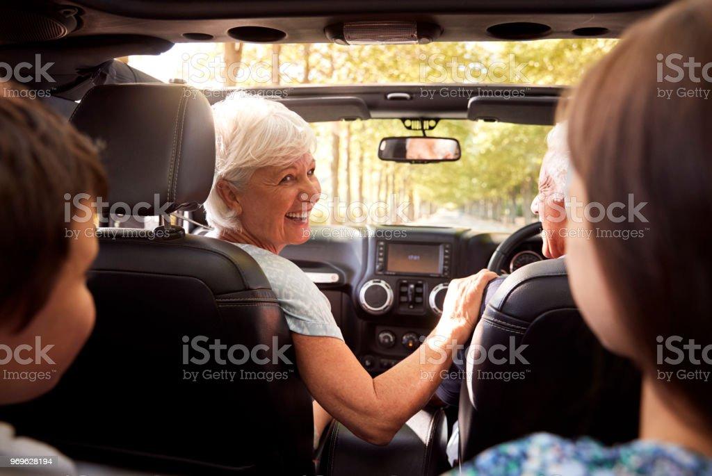 Großeltern und Enkel im oberen Cabrio fahren – Foto