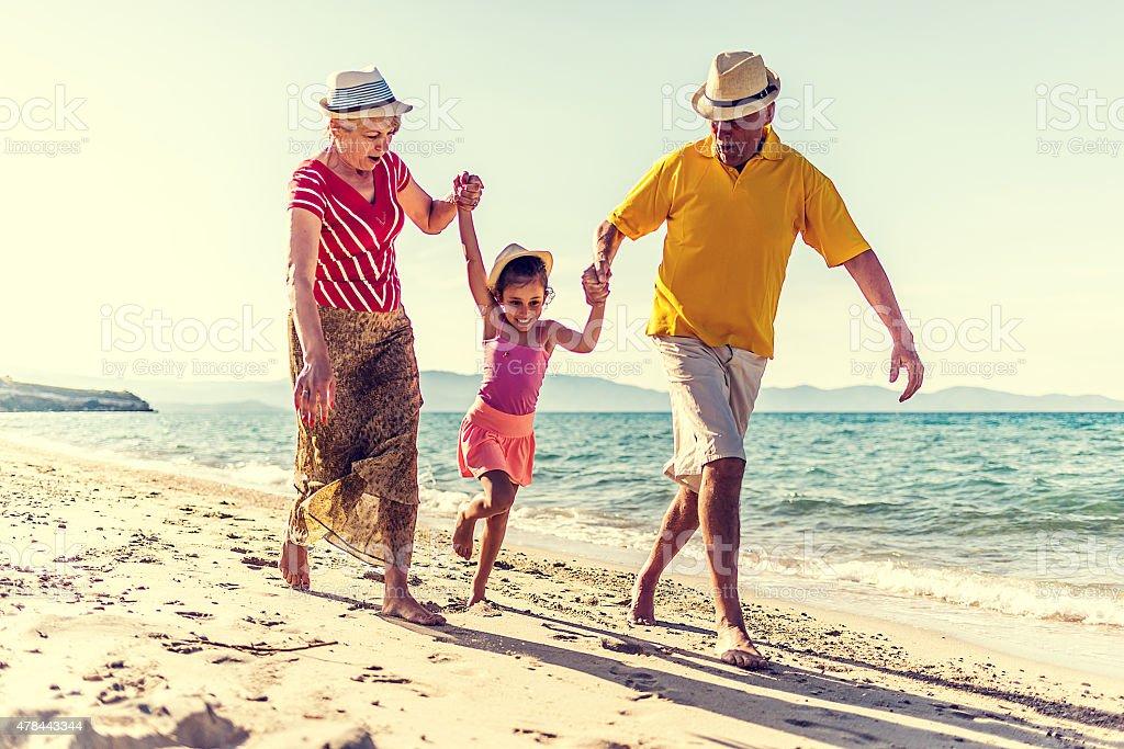 Großeltern und Enkel Strandurlaub zu genießen – Foto