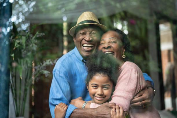 Abuelos y nieta retrato junto - foto de stock