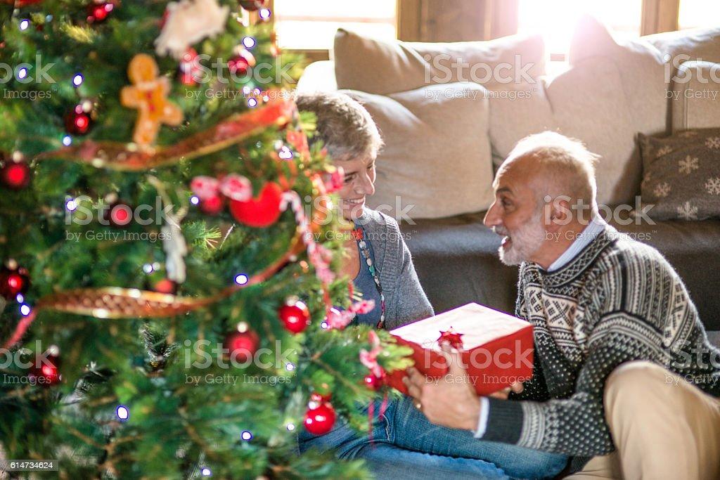 Regali Di Natale Per Nonni.Nonni Lo Scambio Di Regali Per Natale Fotografie Stock E Altre Immagini Di 60 69 Anni Istock
