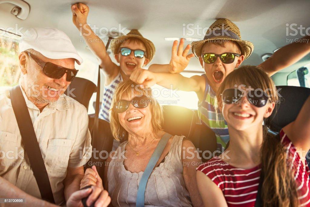 祖父母は孫と道路の旅を楽しんで ストックフォト