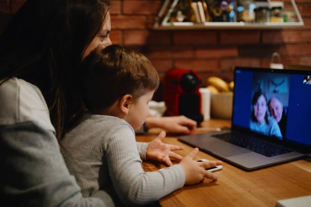 Großeltern in Quarantäne zu Hause mit Videoanruf mit Enkel und Tochter – Foto