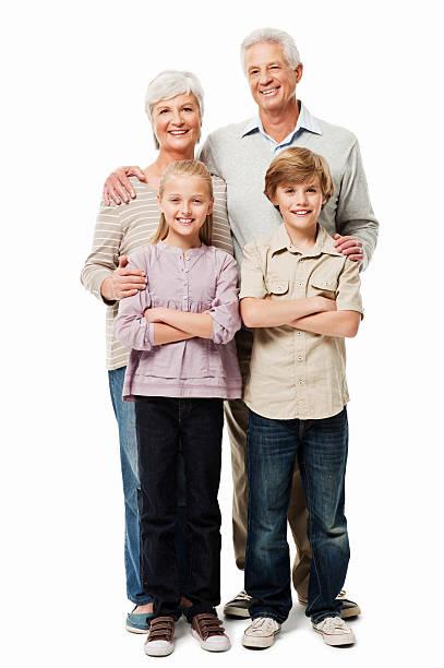 Abuelos posando con sus nietos aislado - foto de stock