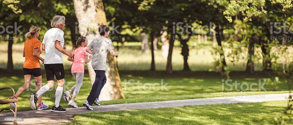 Abuelos corriendo en la naturaleza - foto de stock