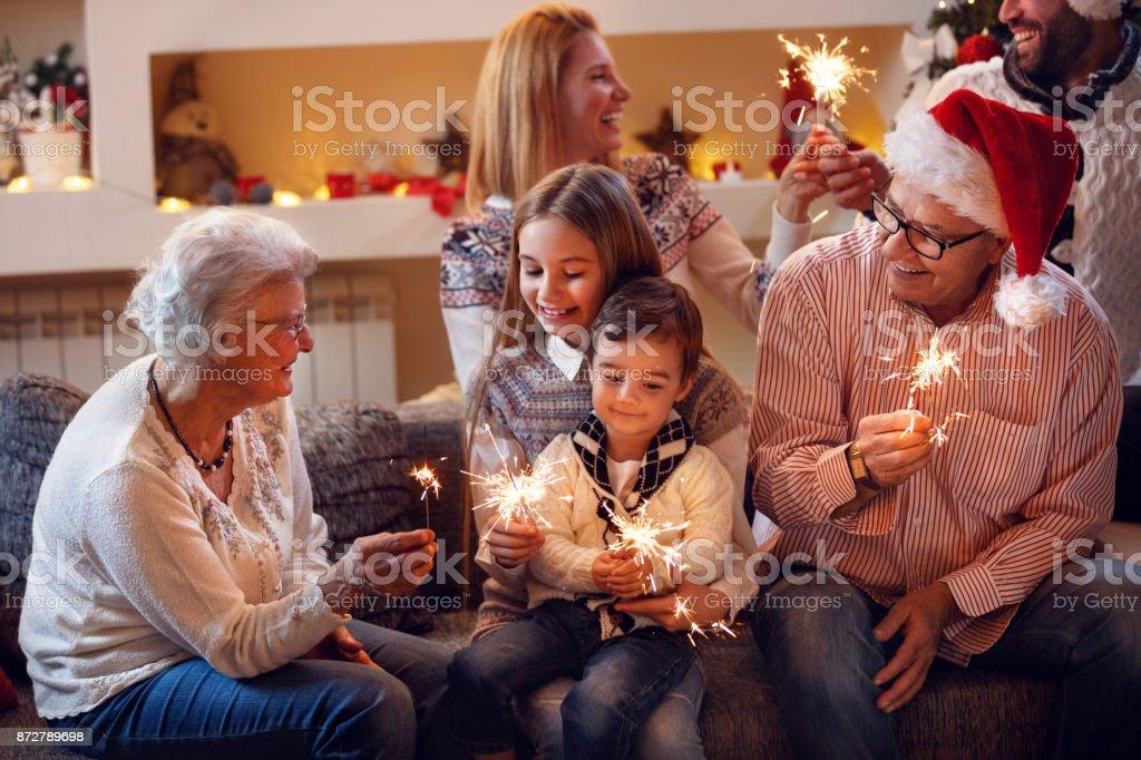 Großeltern mit Kindern feiern Neujahr – Foto