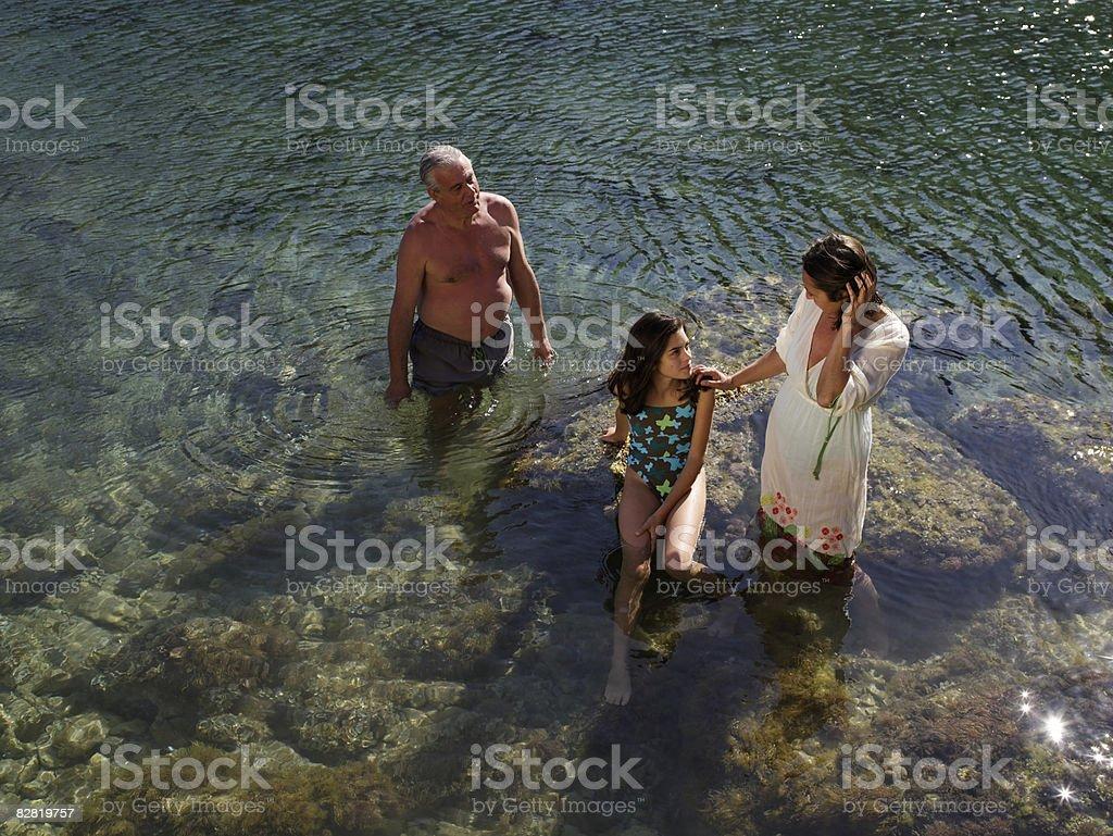 Dziadkowie z wnuczką w Morze zbiór zdjęć royalty-free