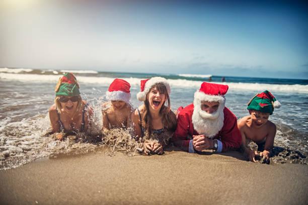 großeltern mit enkeln, dass weihnachten am strand - weihnachten 7 jährige stock-fotos und bilder