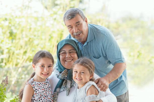 grootouders met kleindochters - turkse etniciteit stockfoto's en -beelden