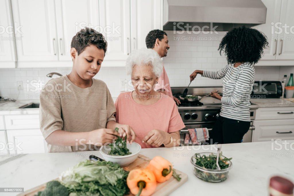할머니를 요리 하는 방법을 학습 하는 손자의 제조 법 - 로열티 프리 4 명 스톡 사진