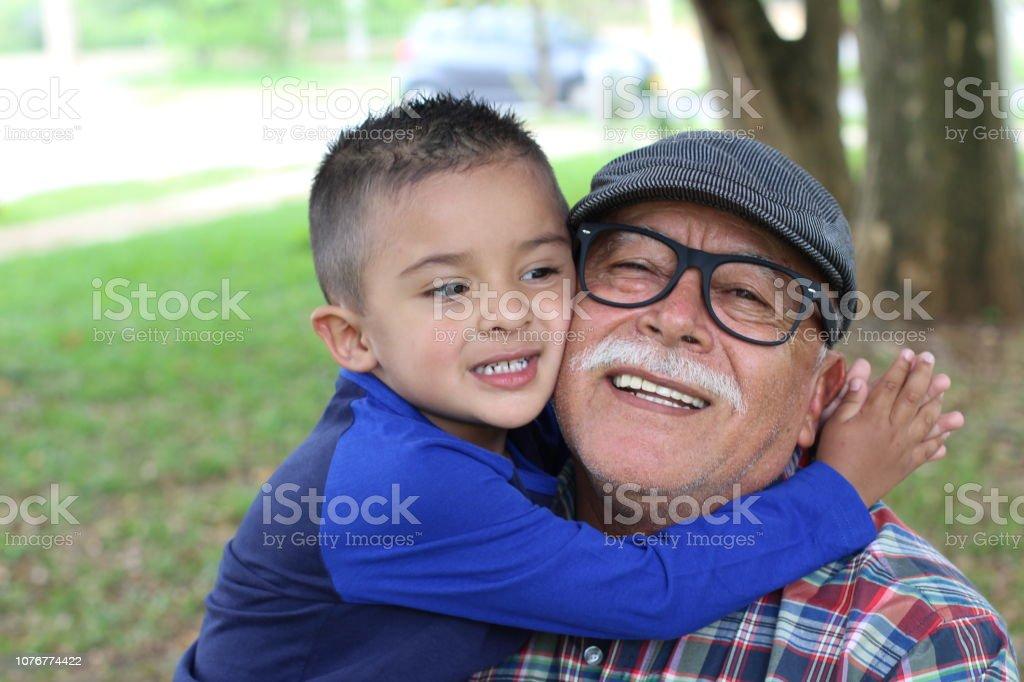 Amor de demostración de Nieto de abuelo - foto de stock