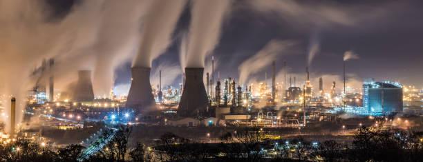 Grangemouth refinaria à noite - foto de acervo