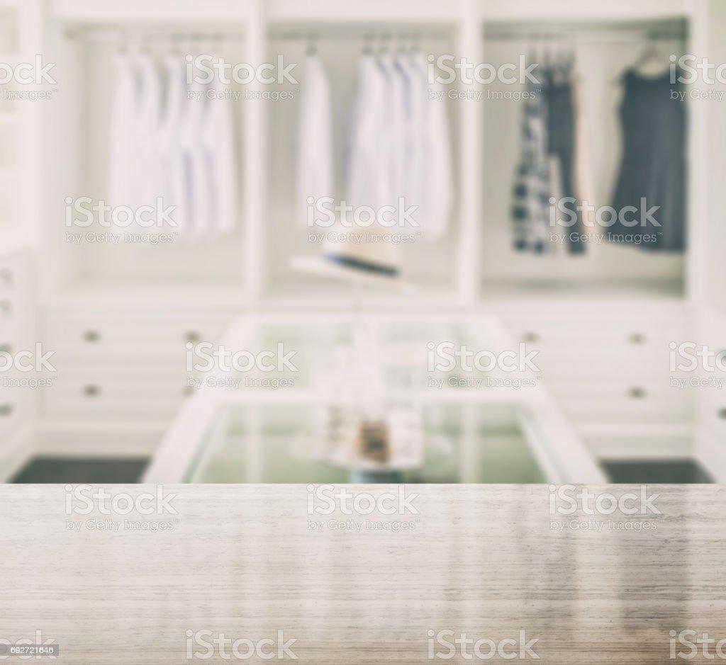 Granit-Tischplatte und Unschärfe Wandschrank Zimmer mit weißen Hut und Schmuck-set auf einem Tisch – Foto