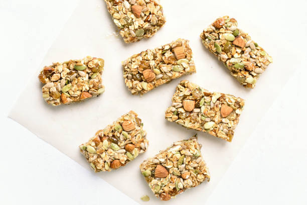 müsliriegel. gesunder snack - low carb kekse stock-fotos und bilder
