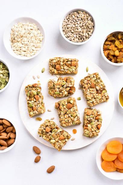 müsliriegel. gesunder snack - haferflocken rosinen stock-fotos und bilder