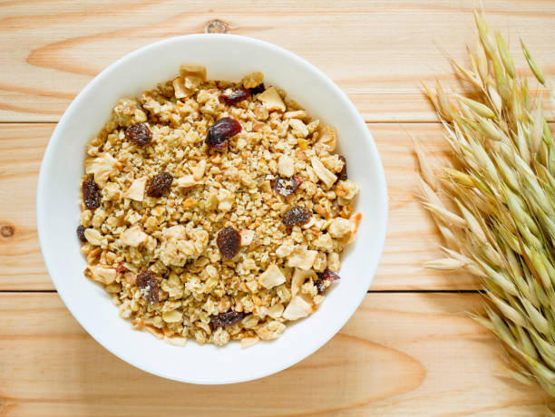 granola müsli mit getrockneten früchten - haferflocken rosinen stock-fotos und bilder