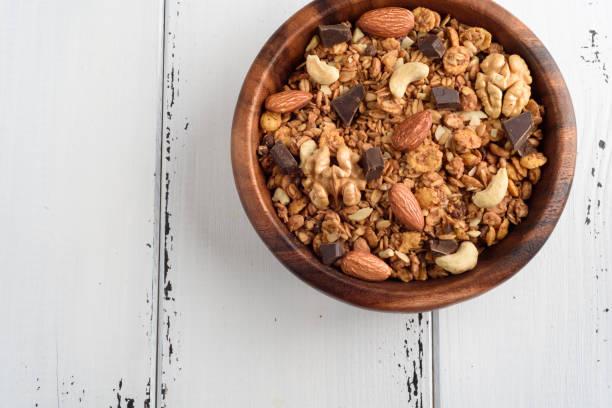 granola hautnah isoliert auf weißem hintergrund. - haferflocken rosinen stock-fotos und bilder