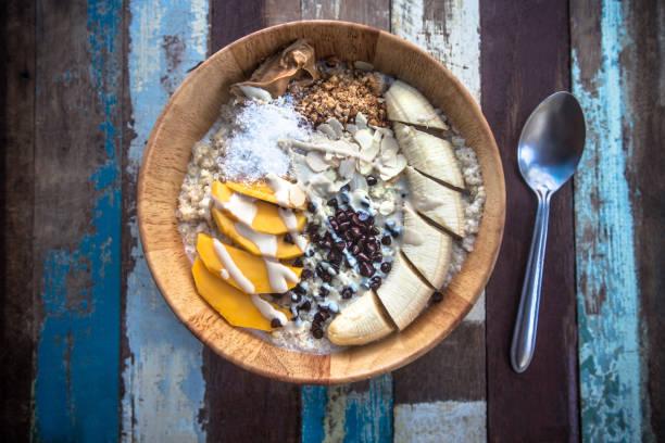 Iogurte de frutas cereais para pequeno-almoço - foto de acervo