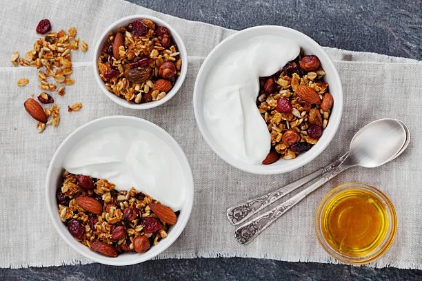 muesli ou muesli com iogurte e dieta saudável pequeno-almoço - granola imagens e fotografias de stock