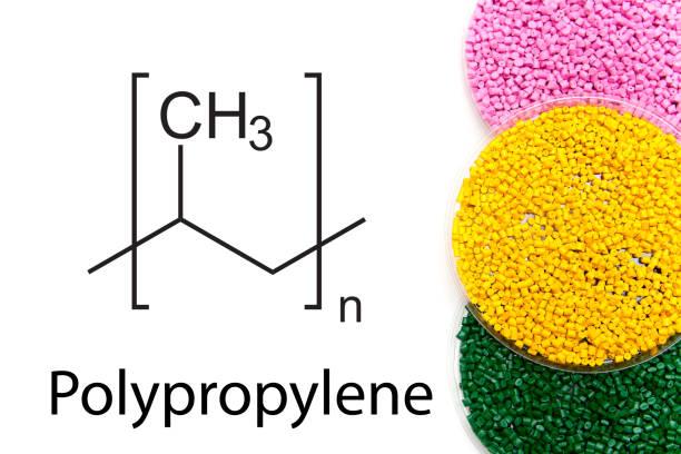 granulat aus polypropylen, chemische formel. kunststoffgranulat und regelung der chemischen struktur. farbige kunststoff-granulaten. - polypropylen stock-fotos und bilder