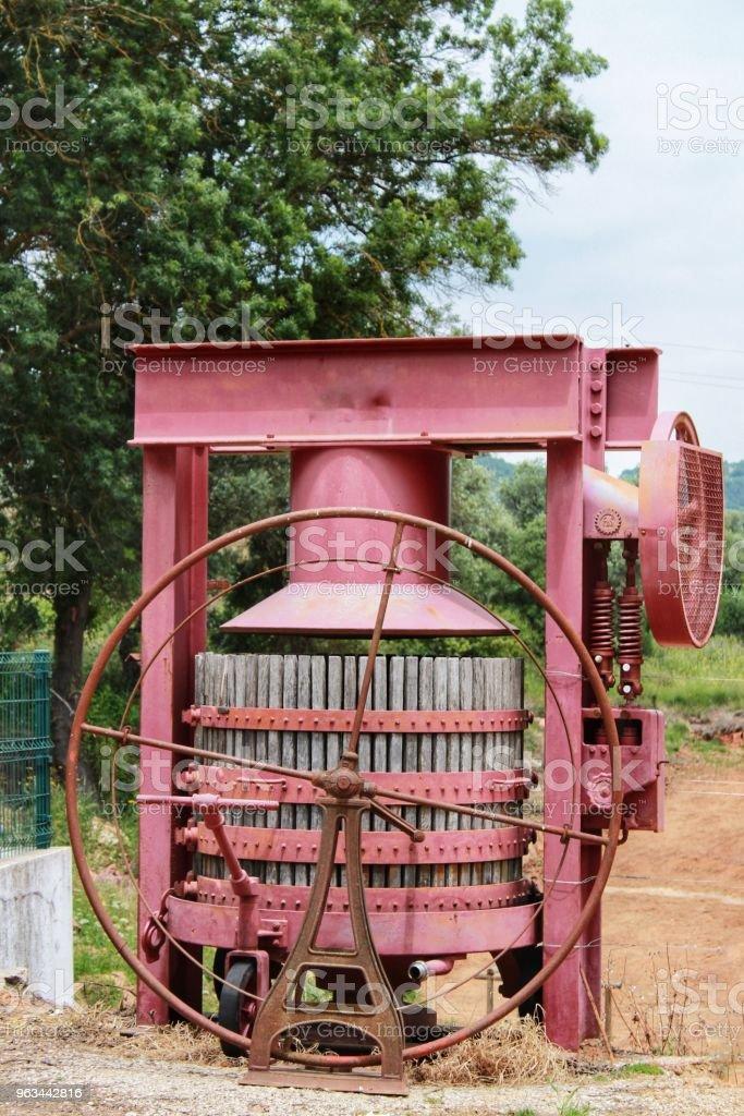 Azeitao, Portekiz bir şaraphane şarap endüstrisi için makine basarak üzüm - Royalty-free Ahşap Stok görsel