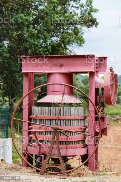 Azeitao Portekiz Bir Şaraphane Şarap Endüstrisi Için Makine Basarak Üzüm Stok Fotoğraflar & Ahşap'nin Daha Fazla Resimleri