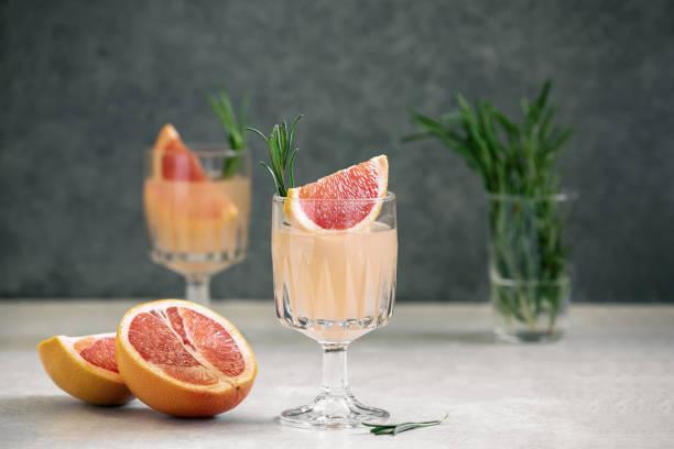 boisson d'alcool de pamplemousse et de romarin, vue avant - infusion pamplemousse photos et images de collection