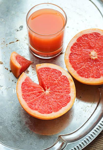 grapefruit-saft und scheiben auf ein tablett - tablett holz stock-fotos und bilder