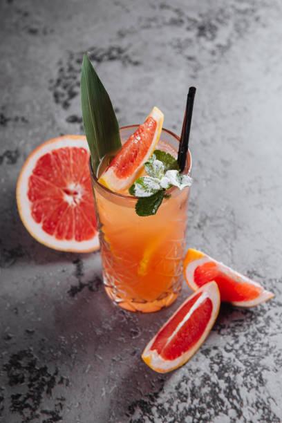 cocktail de pamplemousse de limonade. - infusion pamplemousse photos et images de collection