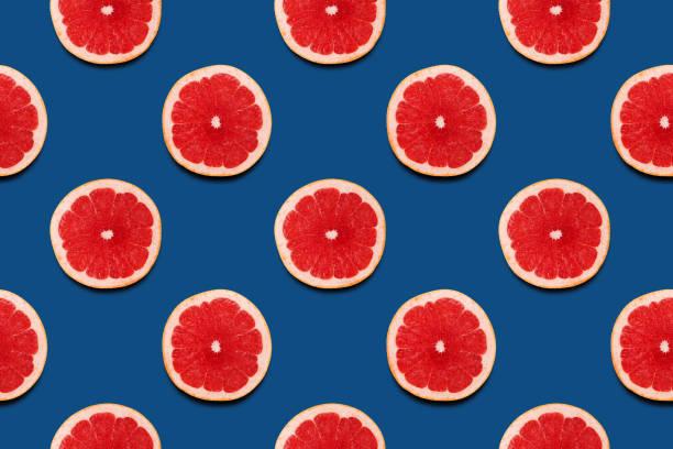 Grapefruit Schneidete nahtlose Muster auf klassischen blauen Hintergrund Sommerjahr 2020 saftige Farbe. – Foto