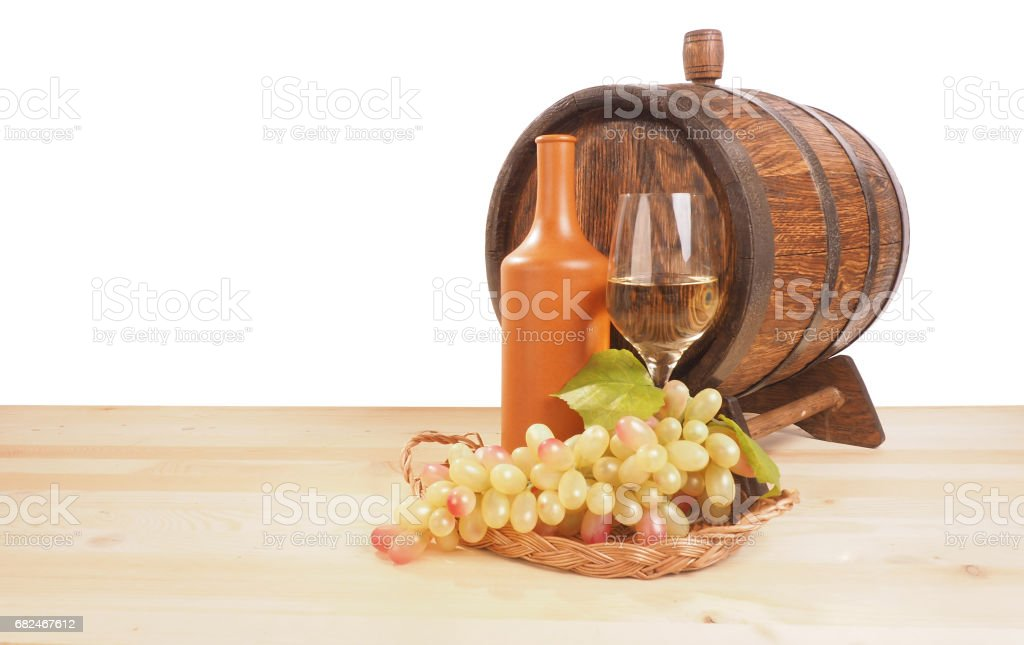 Grapes and wooden barrel on a white backgroun foto stock royalty-free